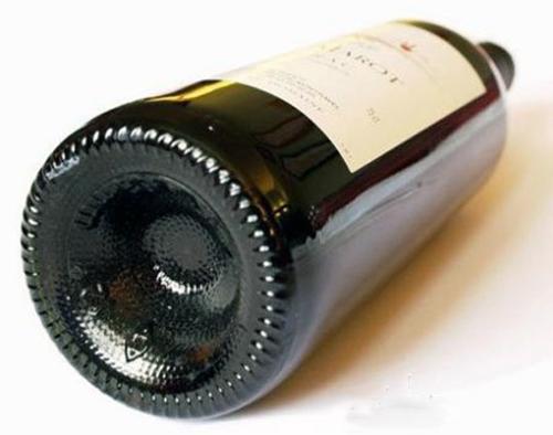 图解:葡萄酒?#24247;孜问前?#36827;去的?