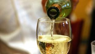 白葡萄酒的口中品尝