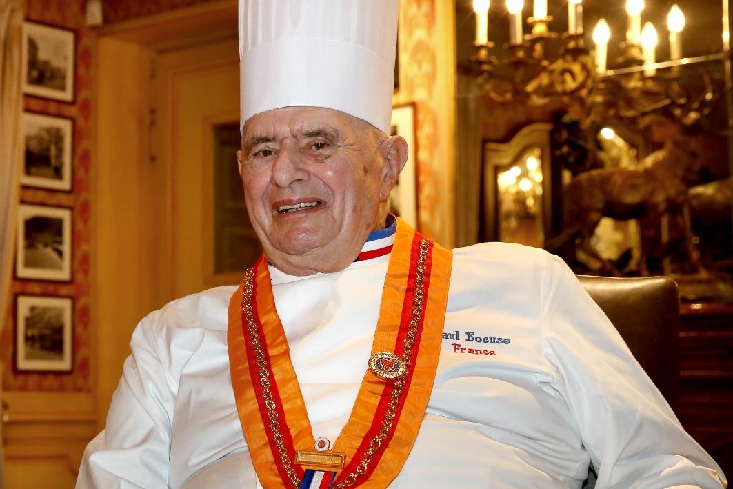 ,法餐教皇Paul Bocuse生前的旗舰餐厅L'Auberge du Pont de Collonges首次被降为两星,激起了法餐界的群声抗议,多位名厨表达了对米其林评星制度的质疑与不满。