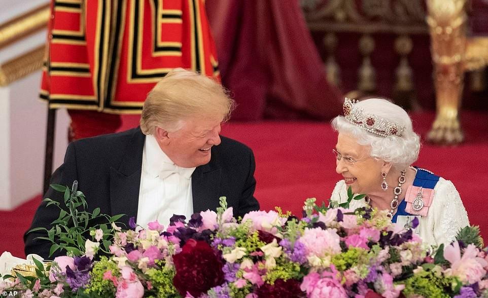 特朗普出席女王国宴,拉菲与可乐同飞!
