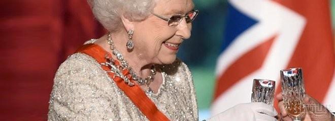 英女王获赠苏玳